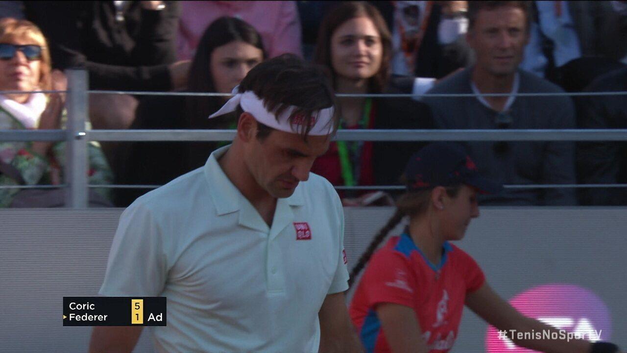 """Federer dá """"largadinha"""" espetacular do fundo da quadra contra Coric no Masters 1000 de Roma"""
