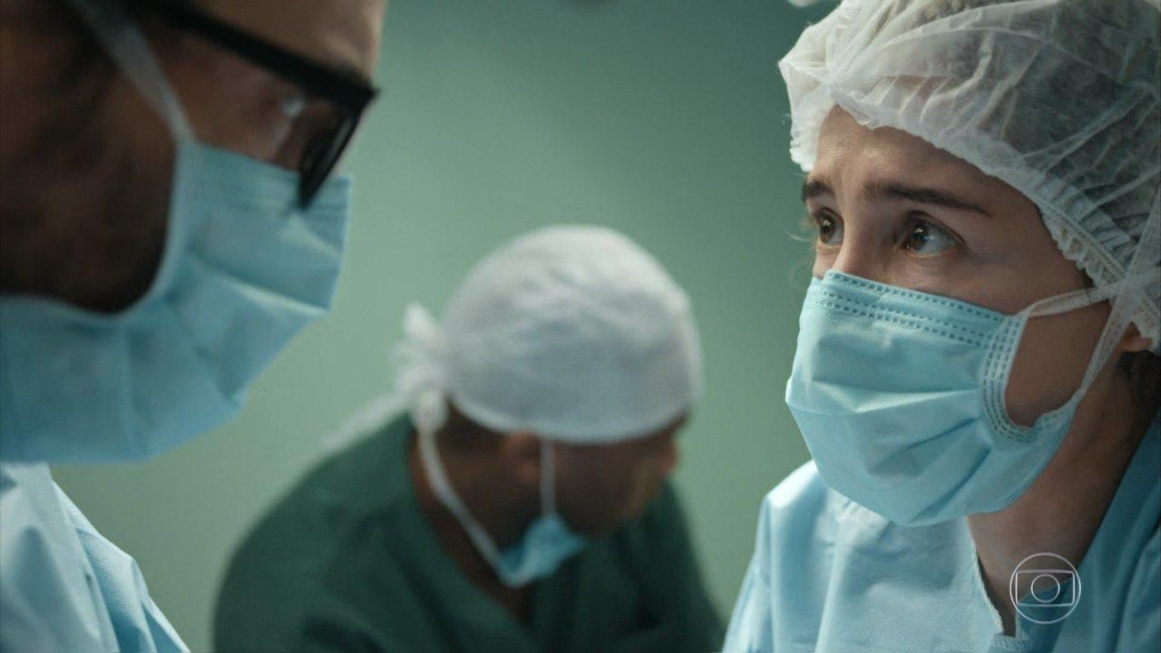 Carolina decide estancar o sangramento de Aline com as mãos até Evandro conseguir enxerto
