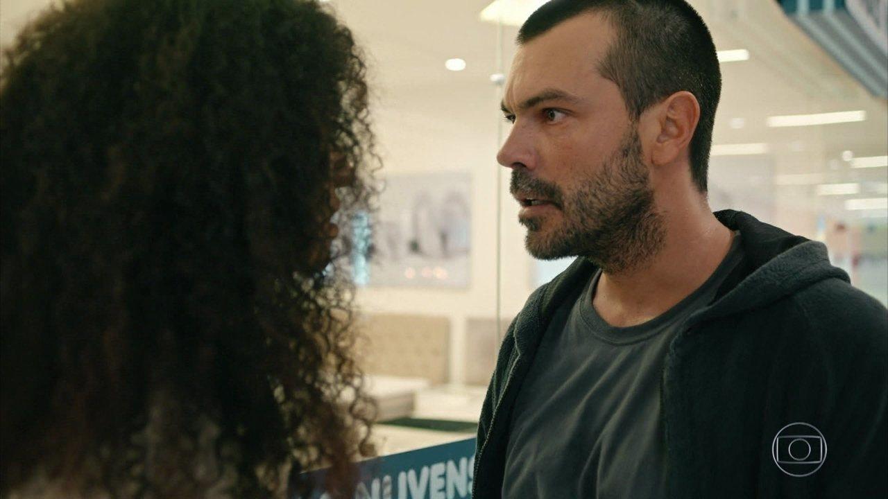 Aline é atacada por Douglas e é socorrida por Carolina e Evandro