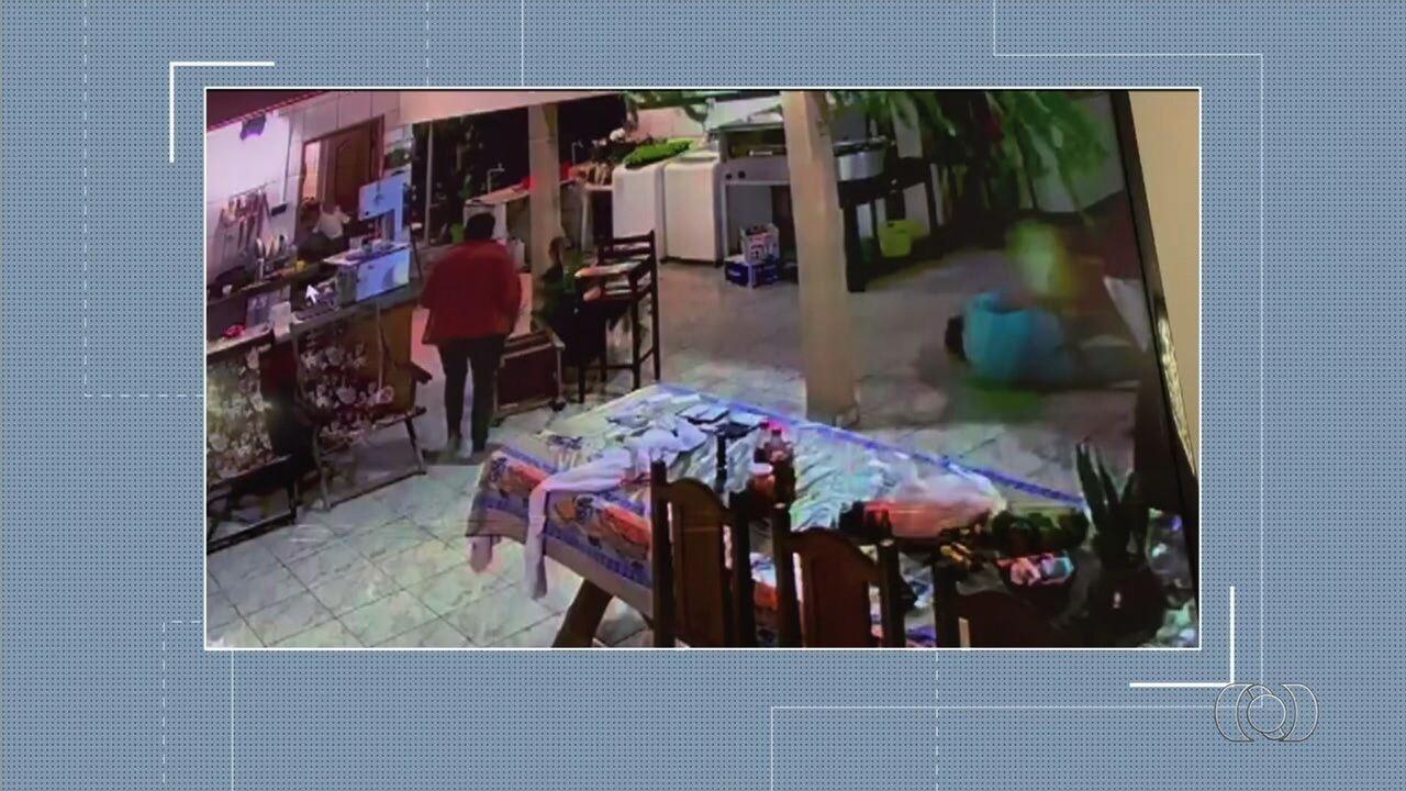 Vídeo mostra quando homem reage a roubo jogando cadeira em assaltante, em Caiapônia