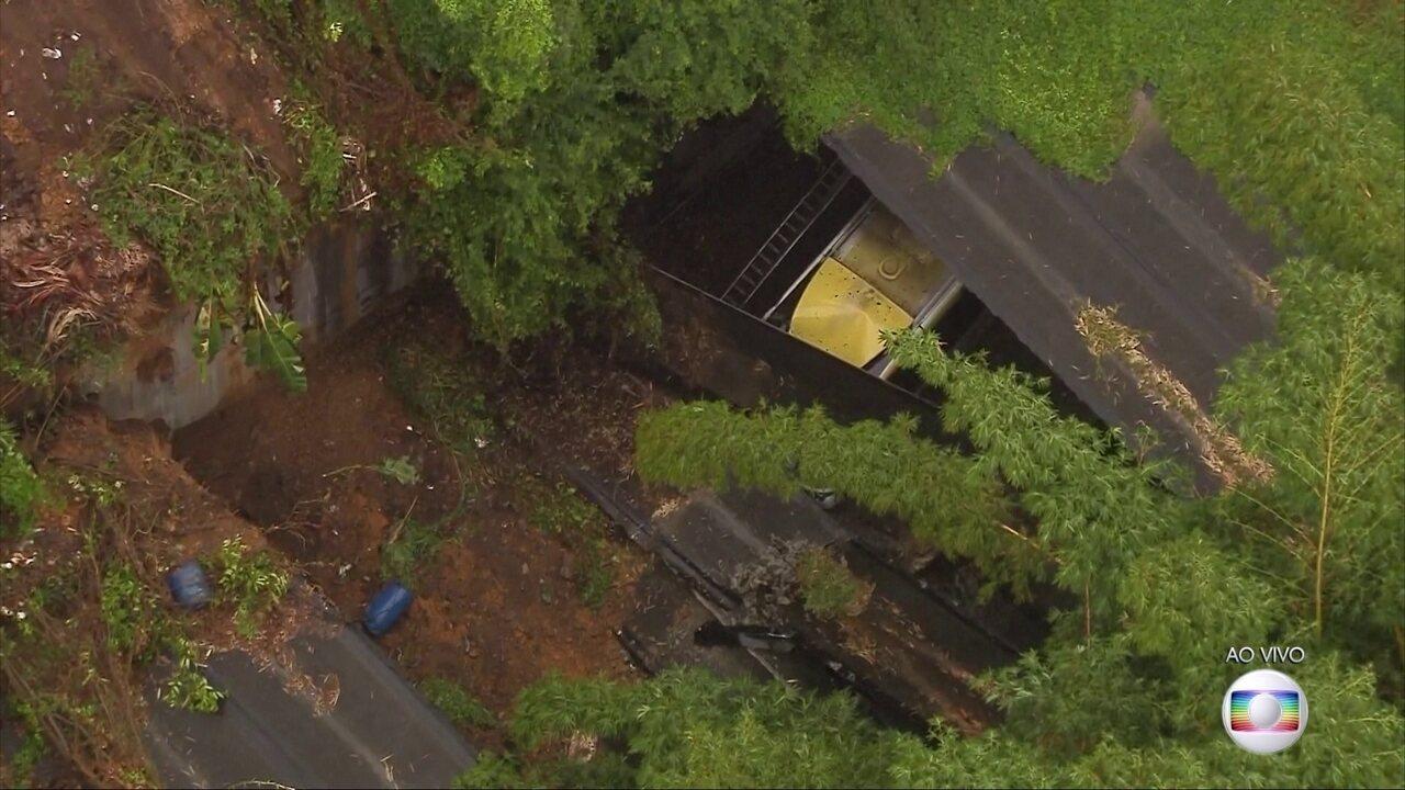 Parte de teto de túnel desaba na Zona Sul do Rio de Janeiro e atinge um ônibus
