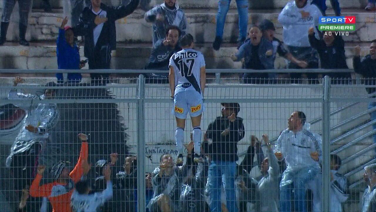 Gol da Ponte Preta! Rafael Longuine aproveita a sobra e empurra para o fundo do gol