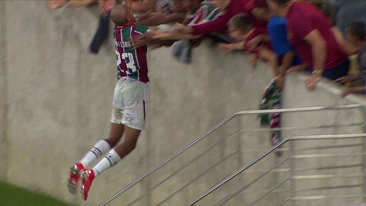 Gol do Fluminense! João Pedro invade a área, limpa três marcadores e finaliza com força, aos 49 do 2º