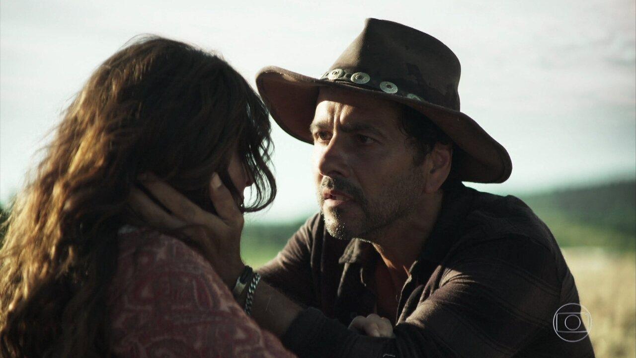 Maria (Juliana Paes) e Amadeu (Marcos Palmeira) descobrem que suas famílias são rivais