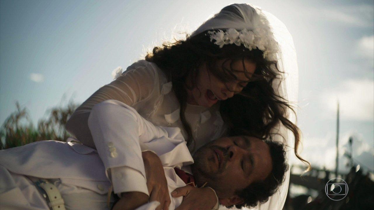 Amadeu (Marcos Palmeira) leva um tiro no altar e Maria (Juliana Paes) se desespera