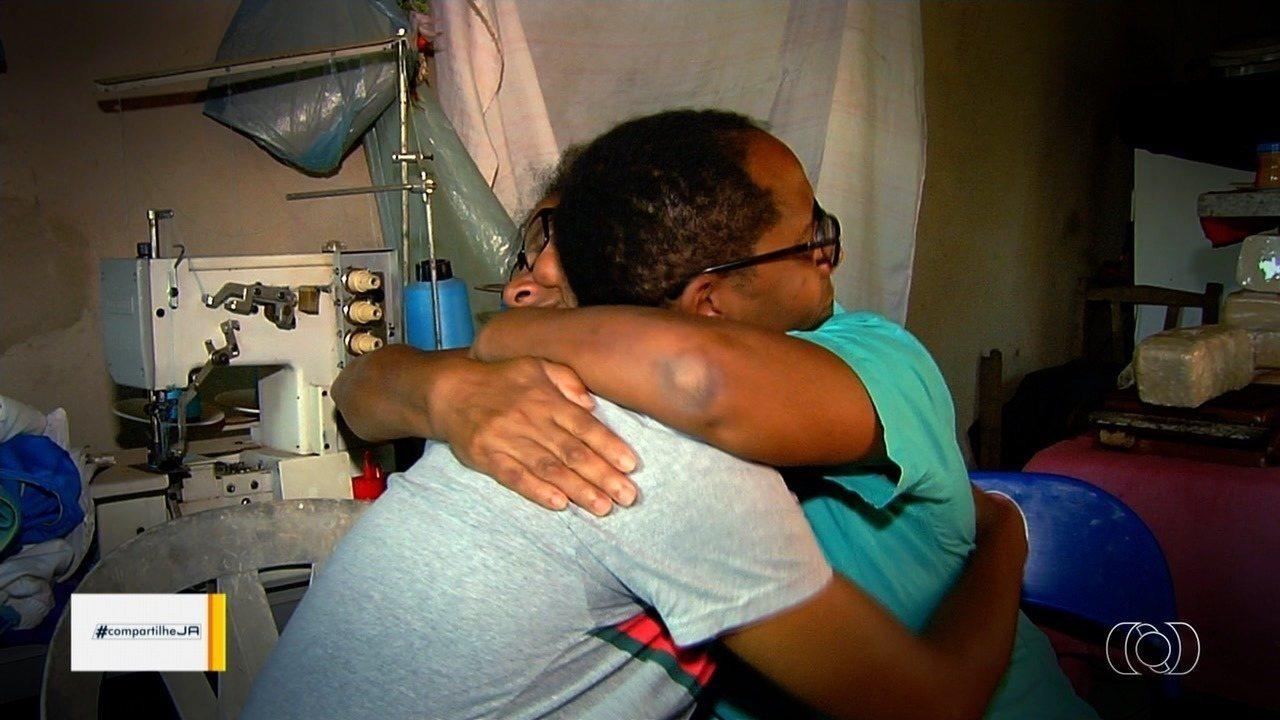 Filho reencontra mãe após mais de 30 anos, em Aparecida de Goiânia