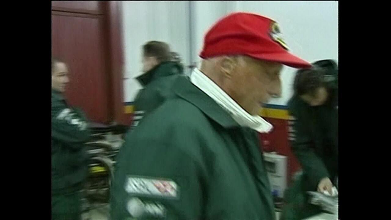 Niki Lauda rodou em teste com a Jaguar em 2002