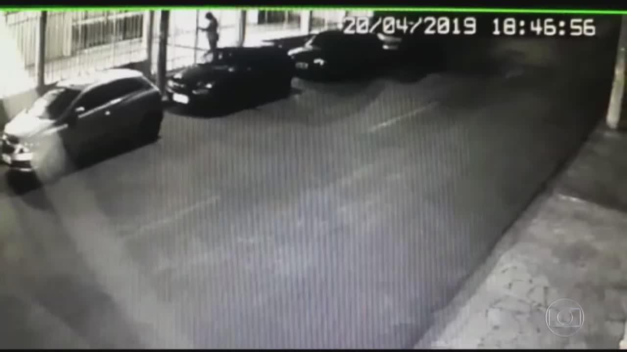 Imagens mostram assassino arrancando grade de portão da igreja em Paracatu