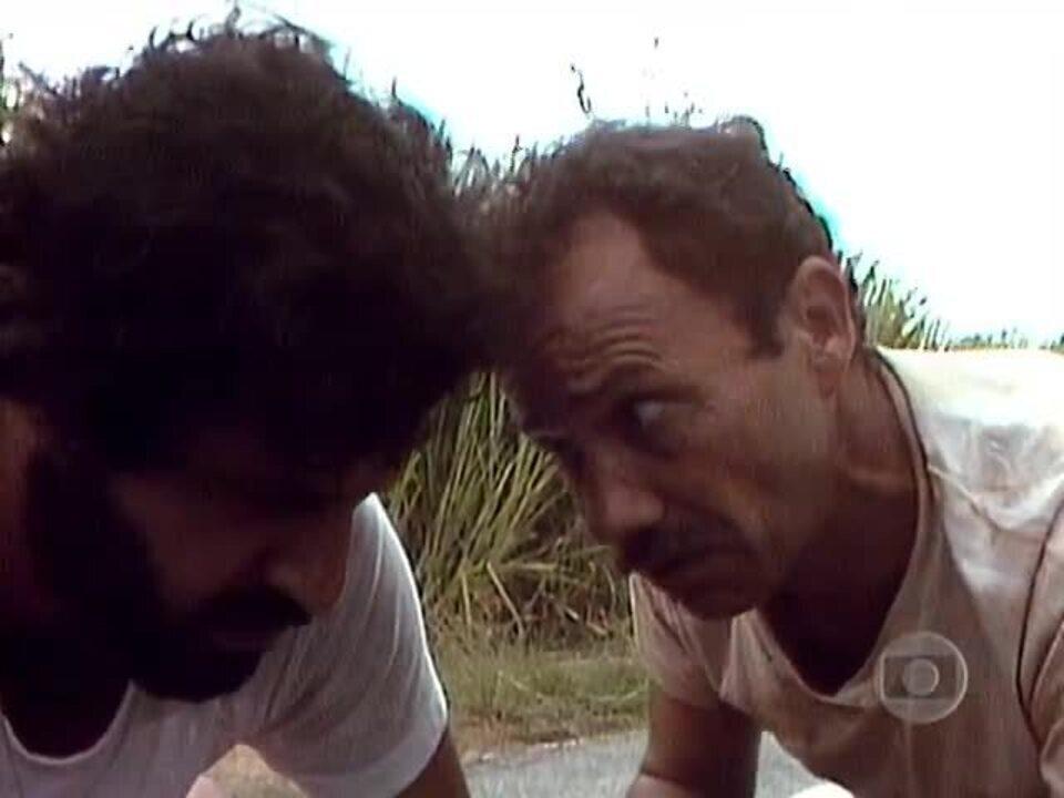 Carga Pesada - 1ª versão: Dequinha se joga na frente do caminhão de Pedro e Bino