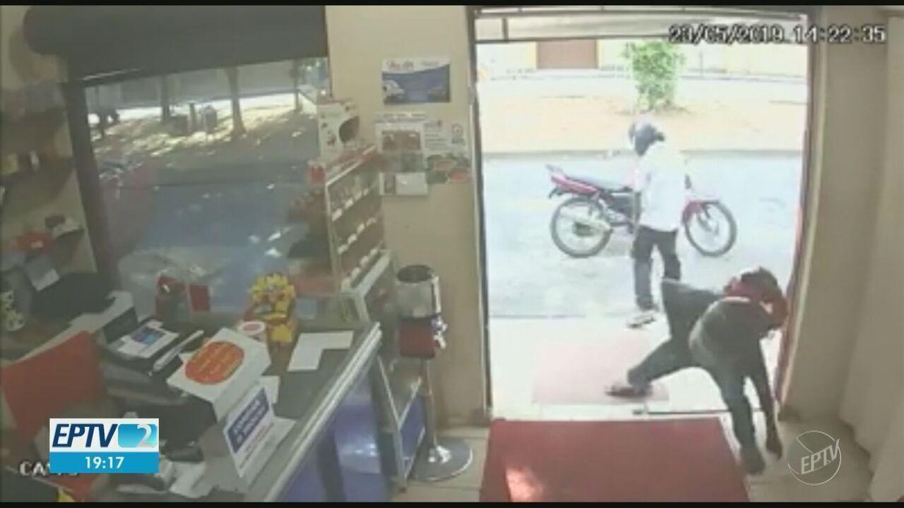 Câmeras flagram criminosos em assalto atrapalhado em lanchonete de Mogi Guaçu
