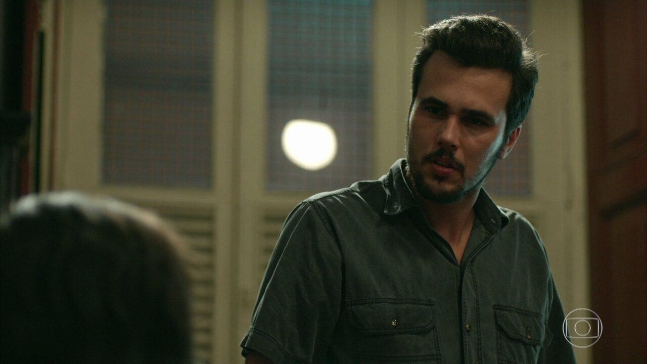 Neuza confessa para Célio que ele não é o pai biológico de Erica