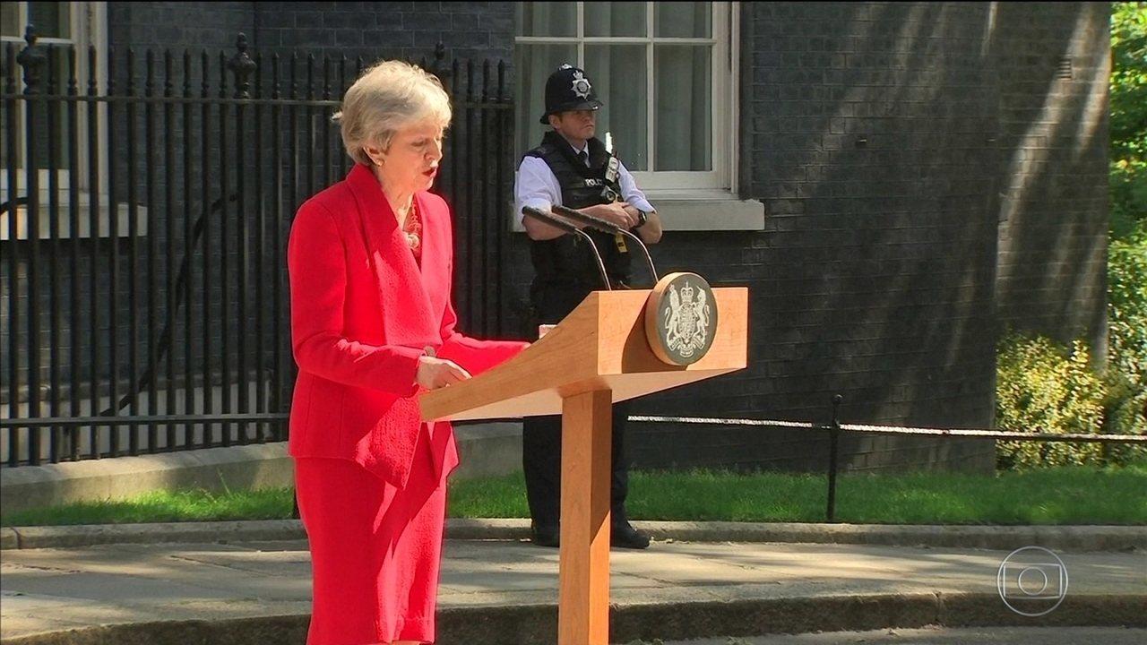 Theresa May fica no cargo até a escolha do sucessor