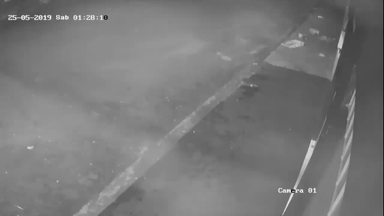 Câmera externa mostra ação de bandidos em loja no Bairro Shopping Park em Uberlândia