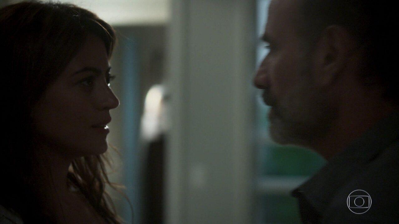 Elias e Helena se beijam