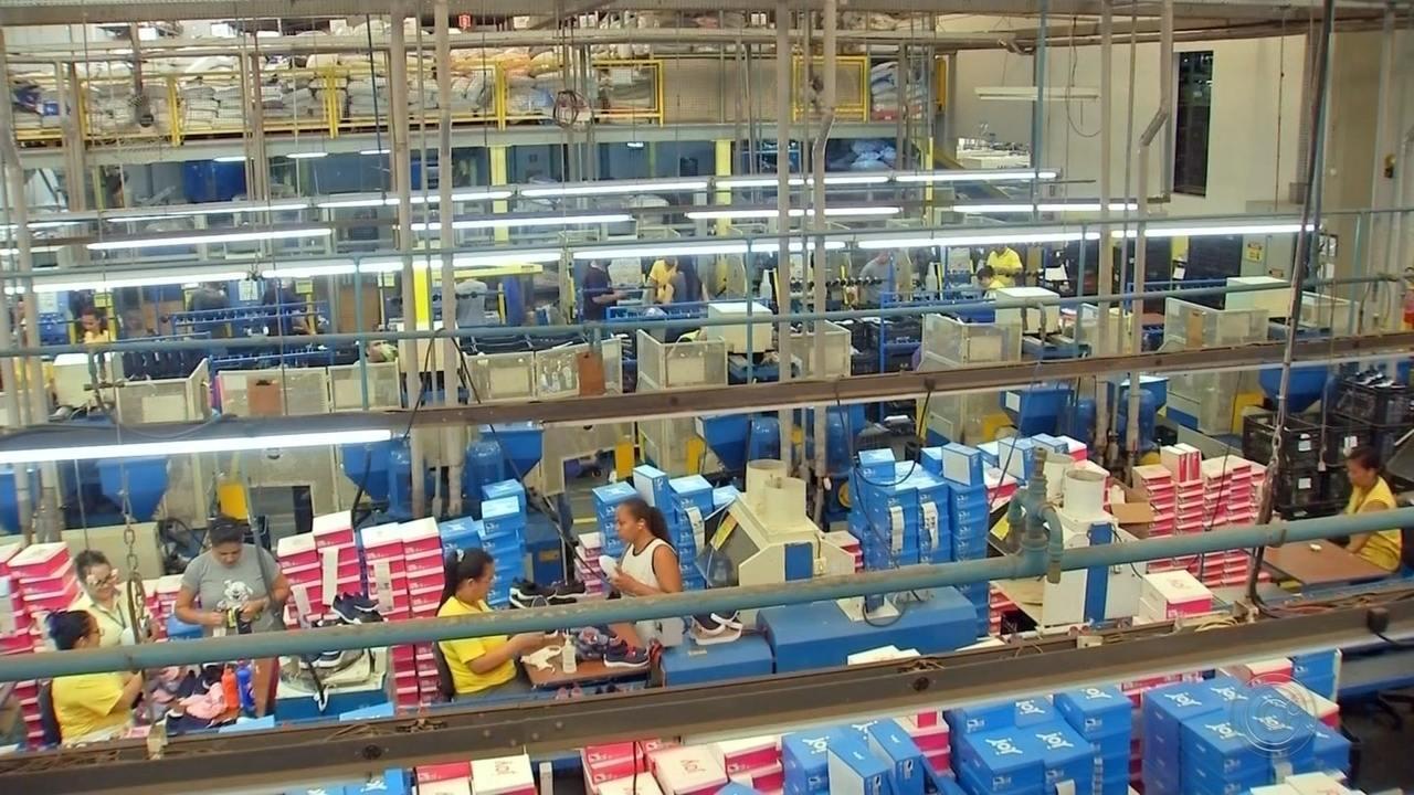 71fbeb18a7 Funcionários de fábricas de calçados entram em férias coletivas por falta  de encomendas