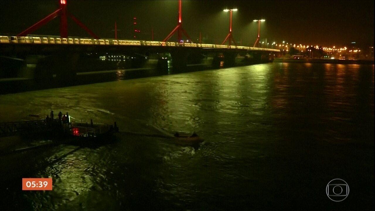 Barco de turismo com 35 ocupantes afunda no Rio Danúbio na Hungria
