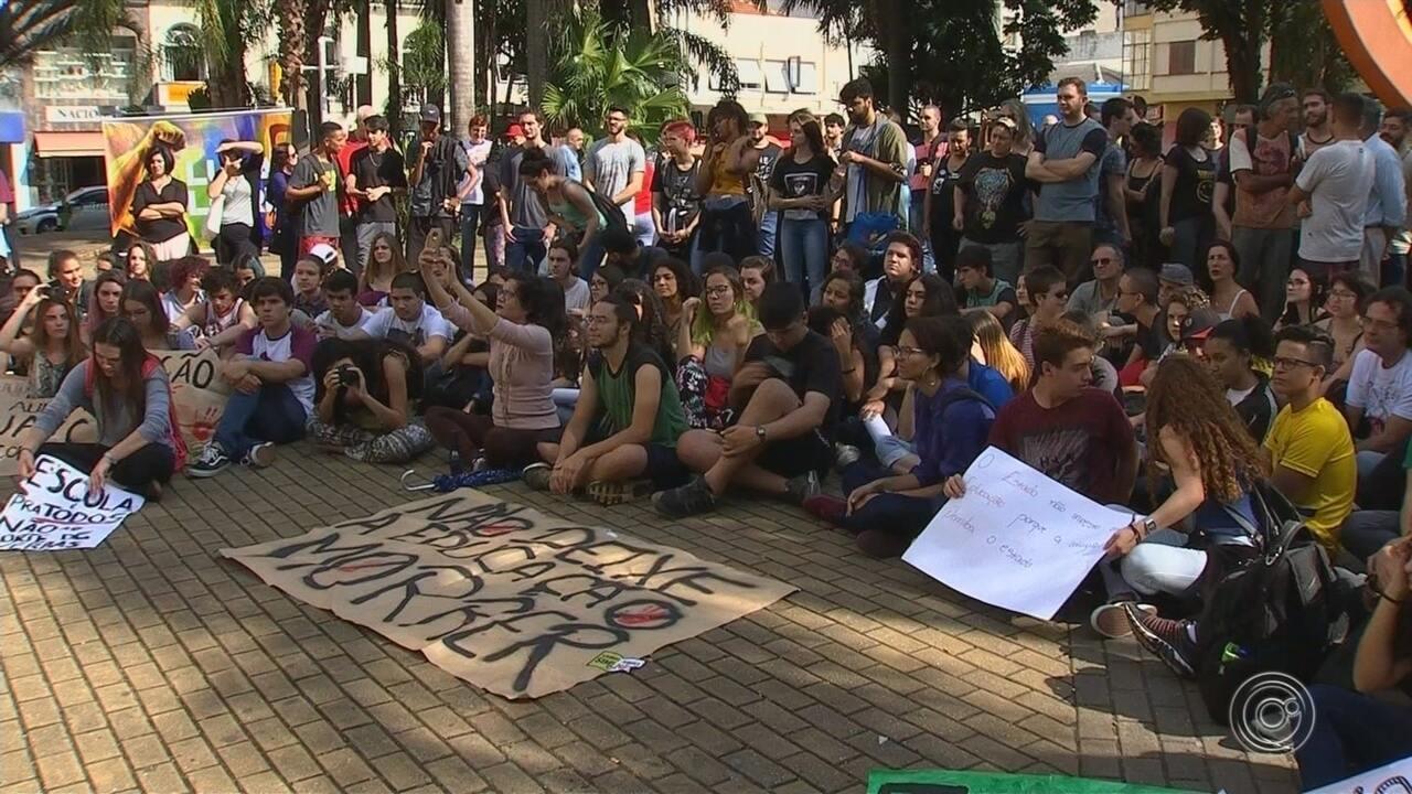 Manifestantes fazem atos em protesto em Jundiaí contra bloqueios na educação