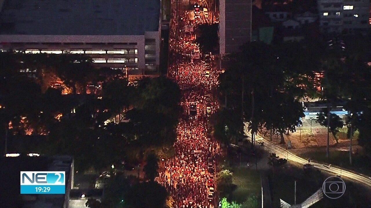 Manifestantes fazem passeata no Recife em defesa da educação