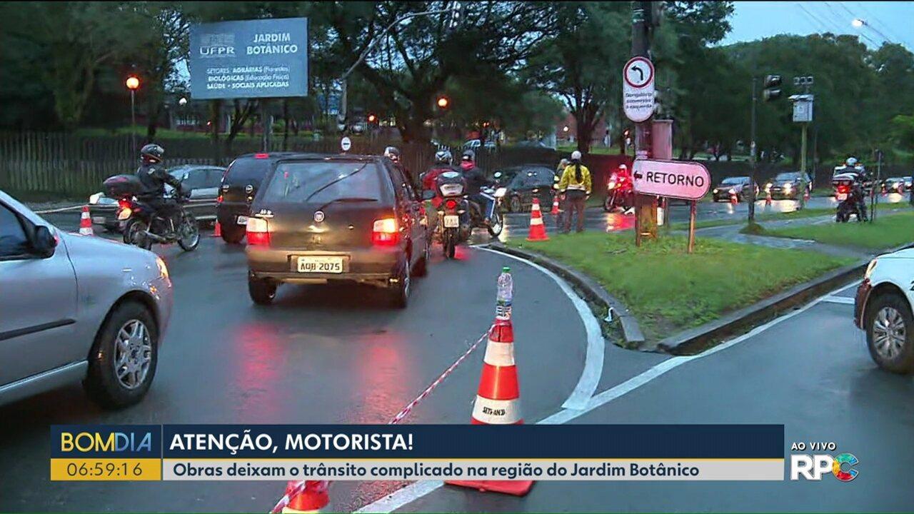 Trânsito é desviado pela contramão por causa de obras na região do Jardim Botânico