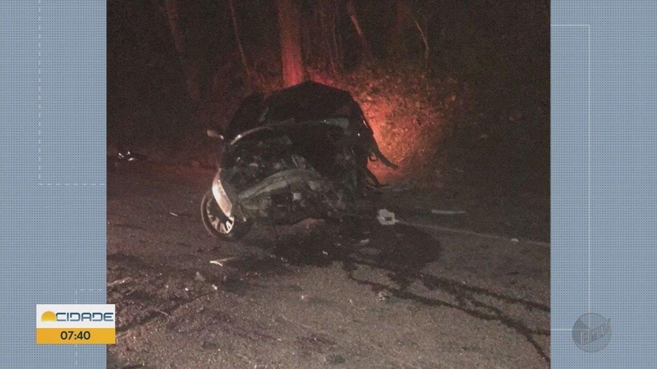 Mulher morre após bater carro de frente com ônibus na MG-290