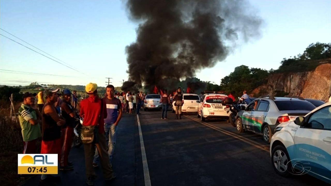 Manifestantes fecham a AL-101 em Matriz de Camaragibe, AL