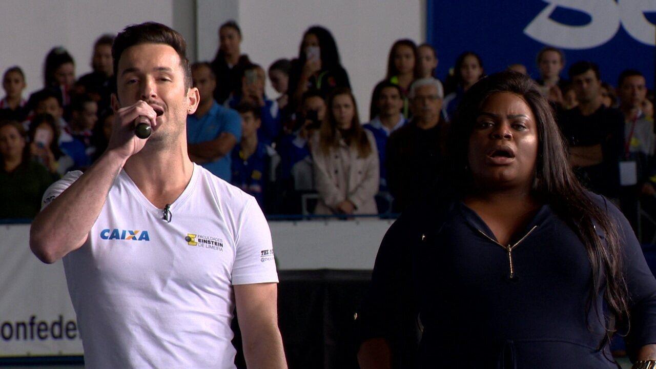 Diego Hypolito e Jojo Todynho cantam o hino do Brasil em evento