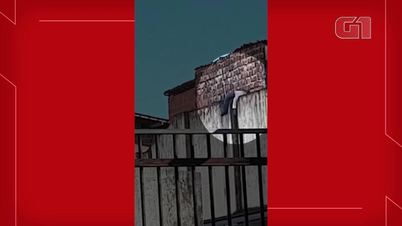 Homem tenta invadir condomínio, fica preso em cerca elétrica e dorme