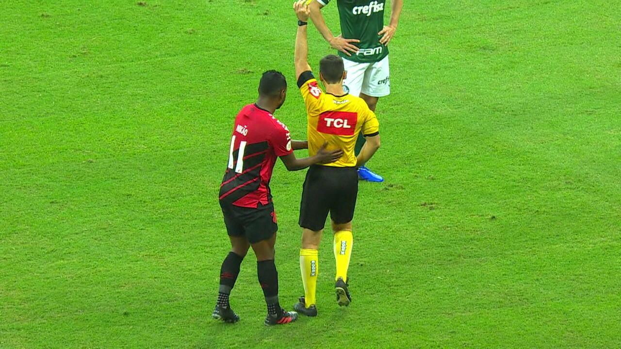 Árbitro revê lance no VAR, retira cartão vermelho e dá amarelo para Nikão aos 42 do 1º tempo