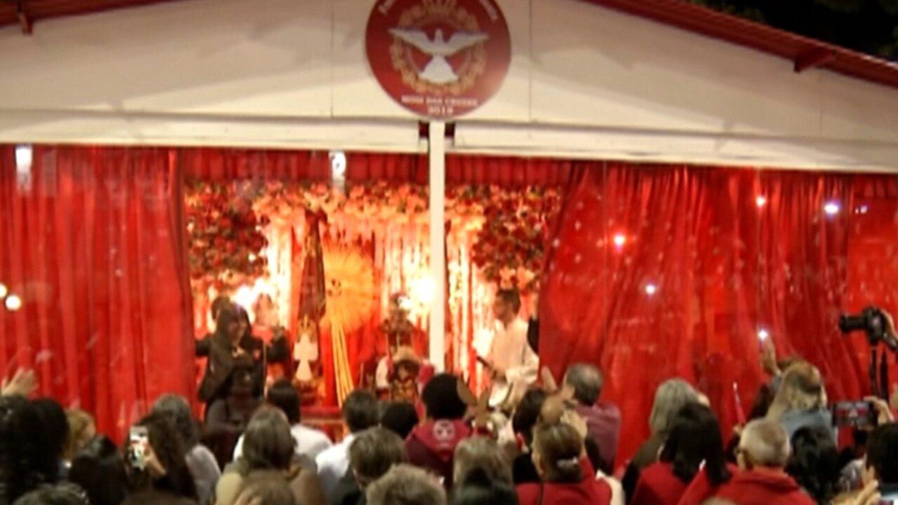 Devotos acompanham os últimos momentos da Festa do Divino em Mogi das Cruzes