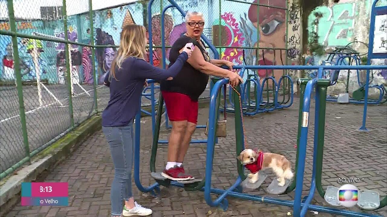 Cachorrinho faz sucesso acompanhando a dona nos exercícios na praça