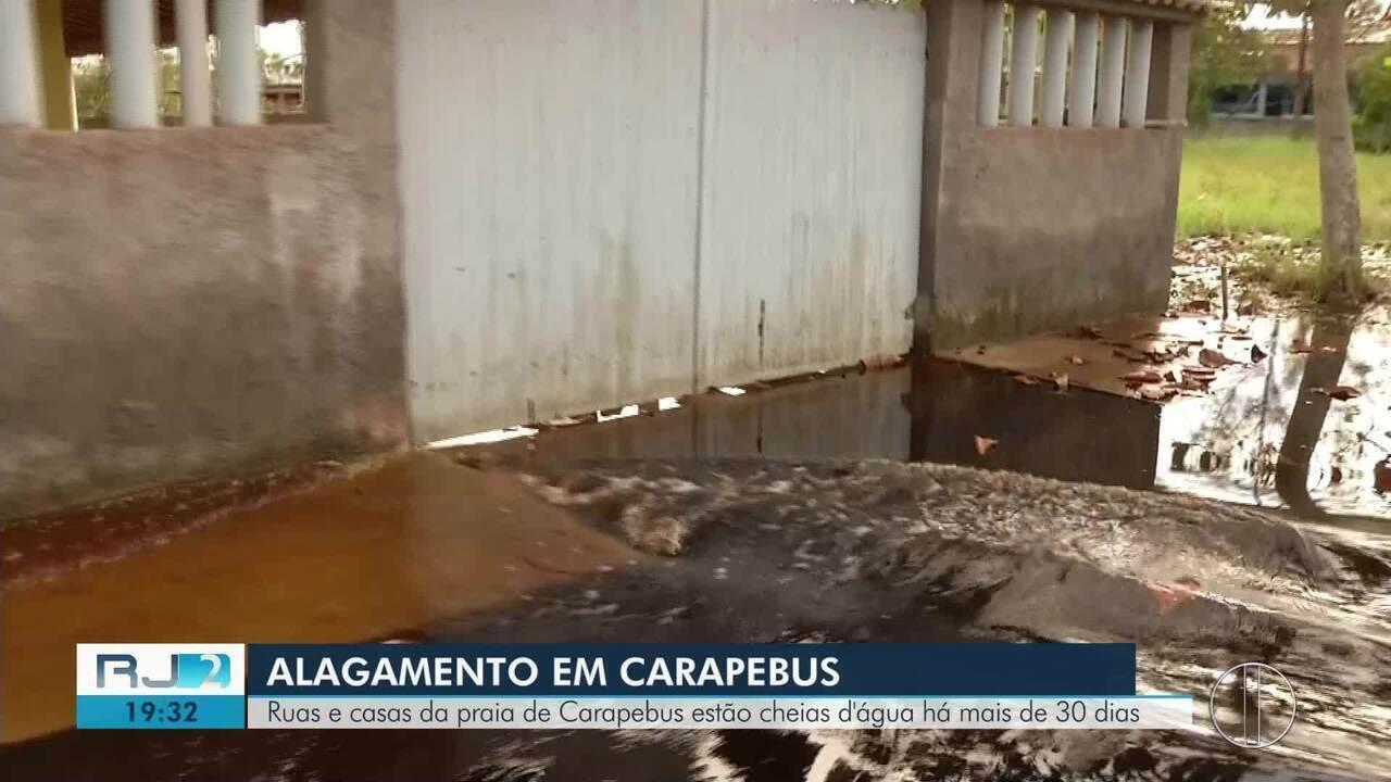População está preocupada com doenças já que água da chuva já se misturou com esgoto na Praia de Carapebus