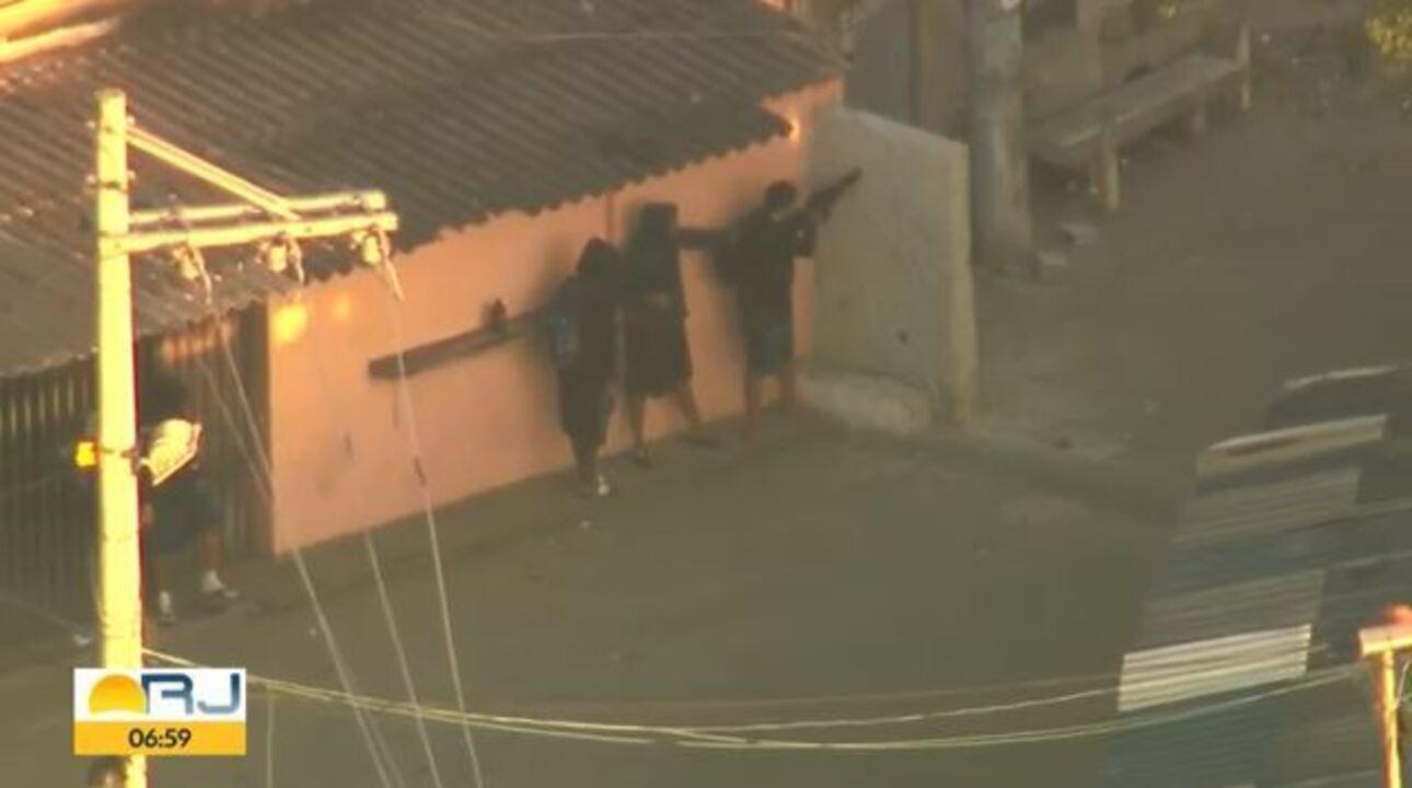 Traficantes atiram contra helicóptero da policia na Cidade de Deus