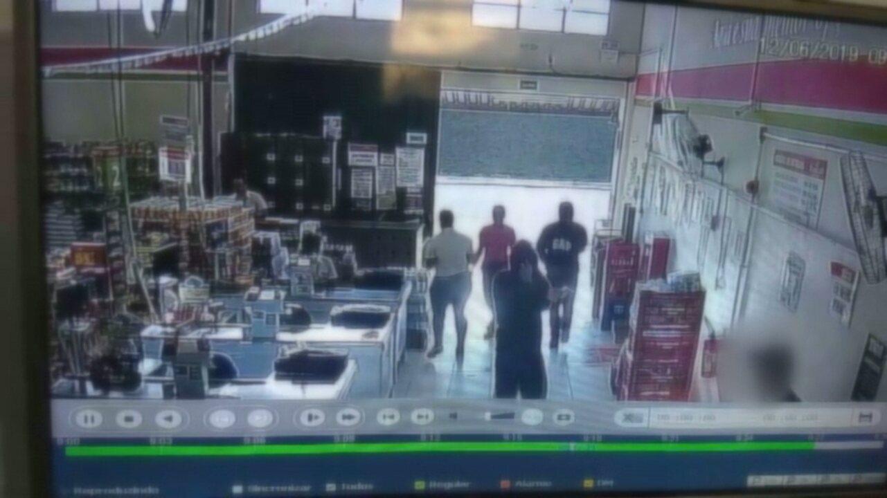 Criminosos rendem segurança de supermercado para roubar arma em Londrina