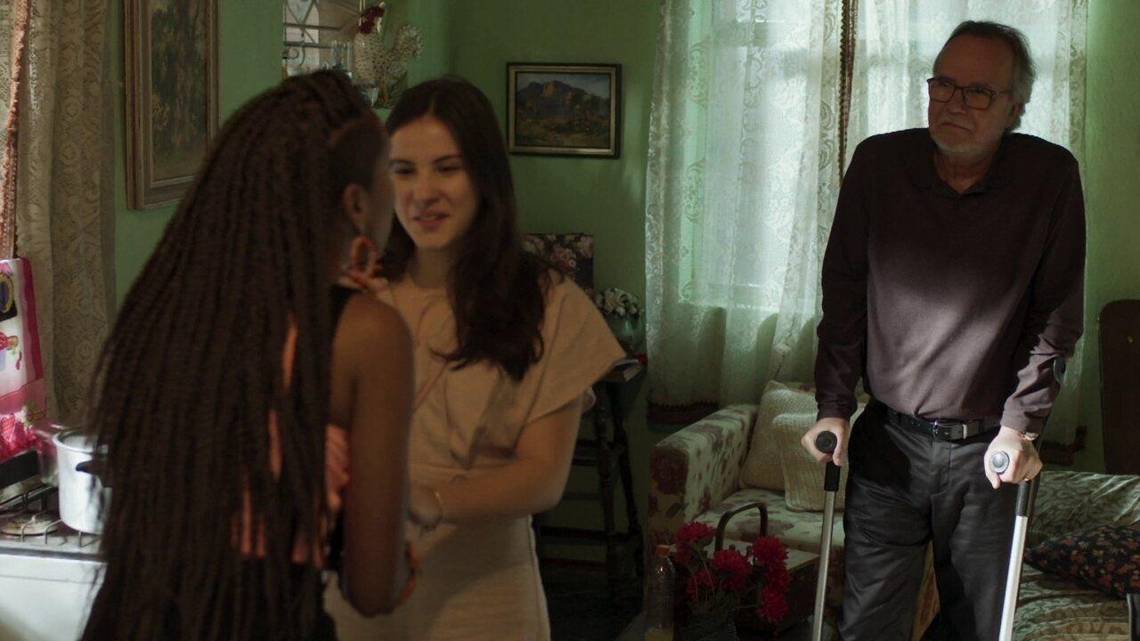 Jaqueline apresenta Milena aos amigos