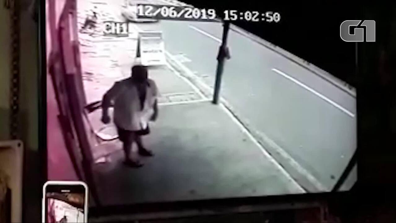 Comerciante deixa calçada segundos antes de telhado cair sobre local