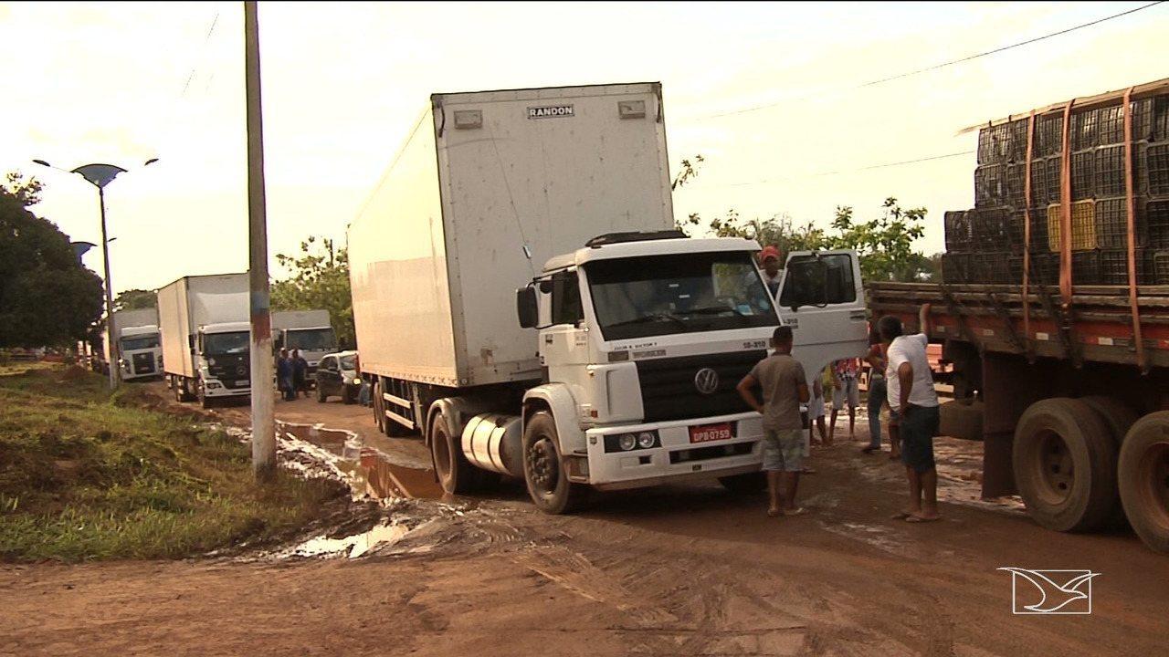 Caminhoneiros interditam rodovia federal no interior do Maranhão