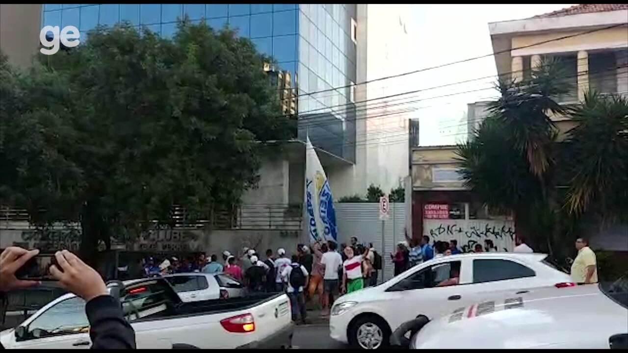 Torcida do Cruzeiro faz protesto na sede administrativa do clube