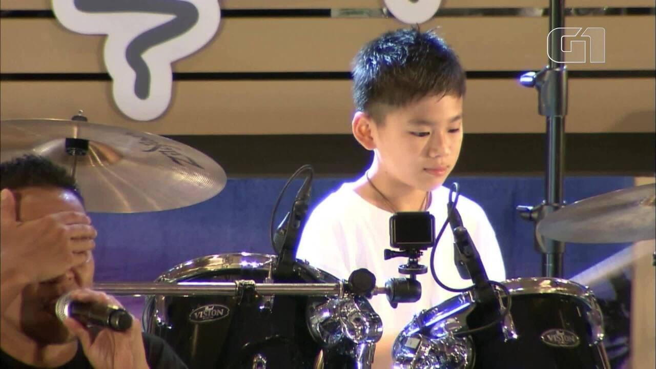 Menino cego toca bateria em show no Japão
