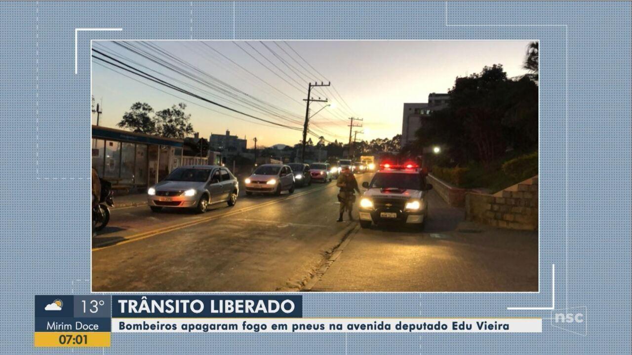 Bombeiros combatem fogo em pneus na avenida Edu Vieira, em Florianópolis