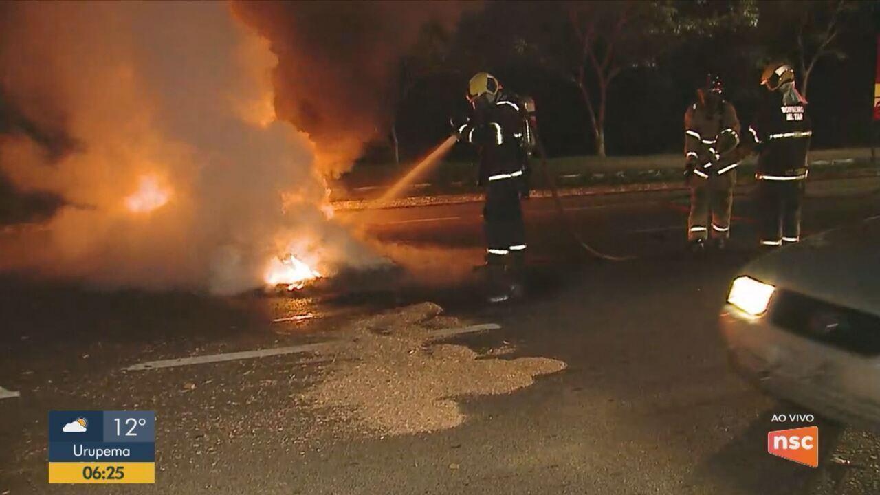 Barricadas com fogo em pneus causam bloqueios no trânsito em vias de Florianópolis