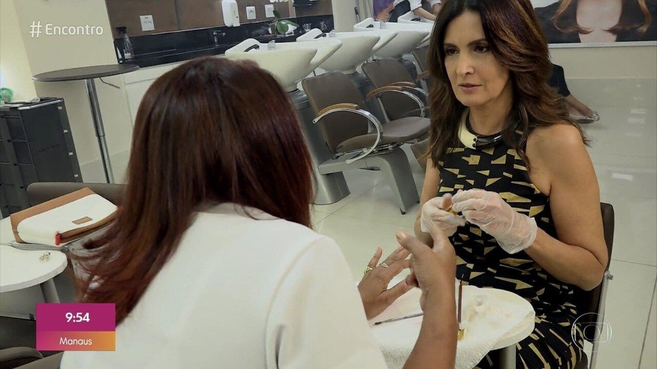 Fátima troca de lugar e faz as unhas da manicure Sandra