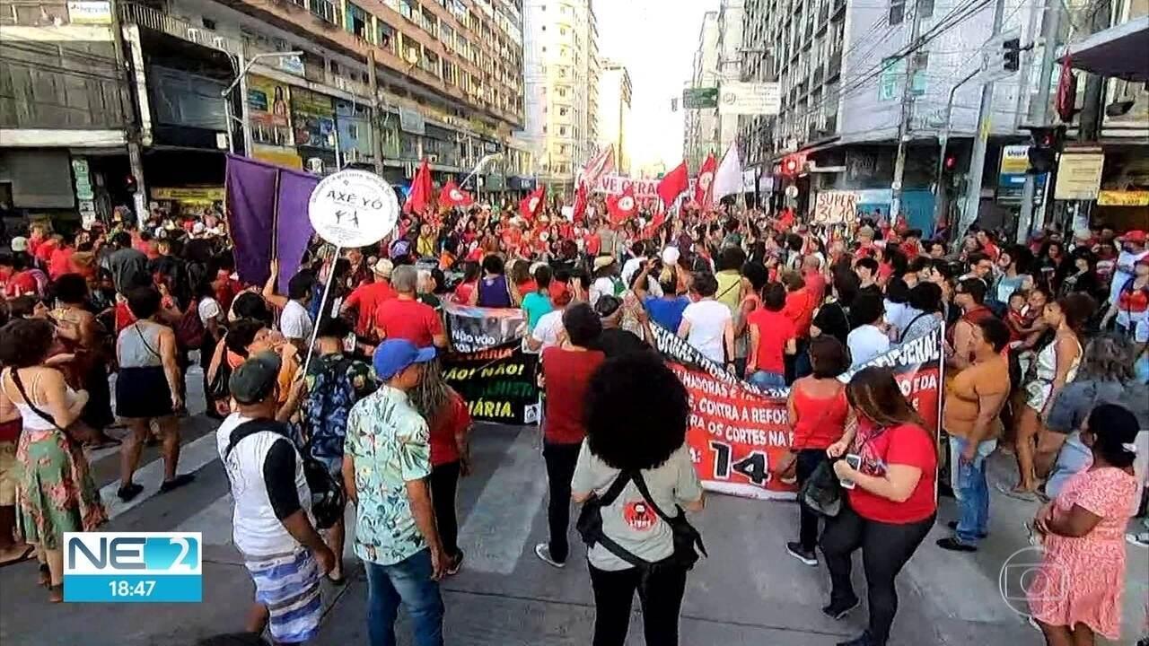 Manifestantes fecham ruas e fazem passeata contra a reforma da Previdência no Recife
