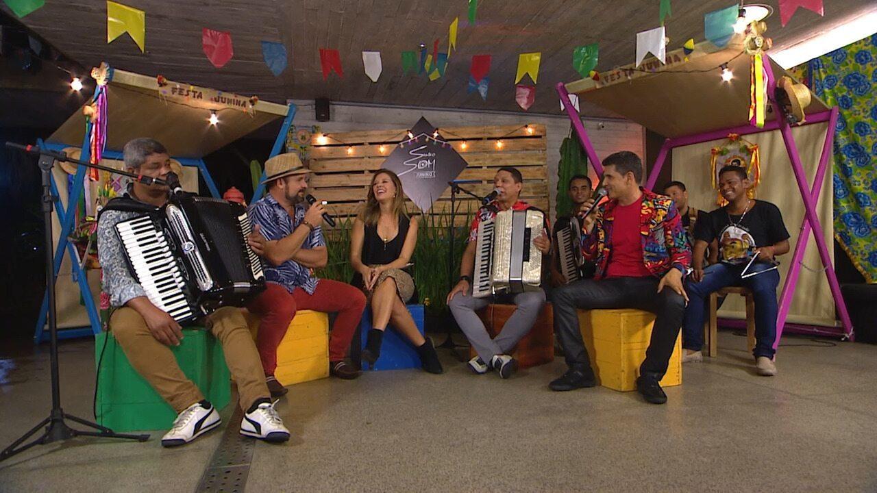 Eles resgatam memórias de quando curtiam o São João; grupo toca 'Esperando na Janela'
