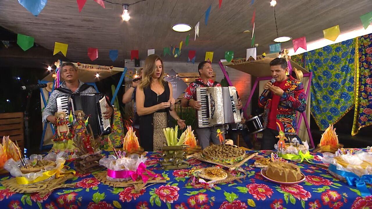 Camila encerra o programa, enquanto músicos cantam 'Olha pro Céu'