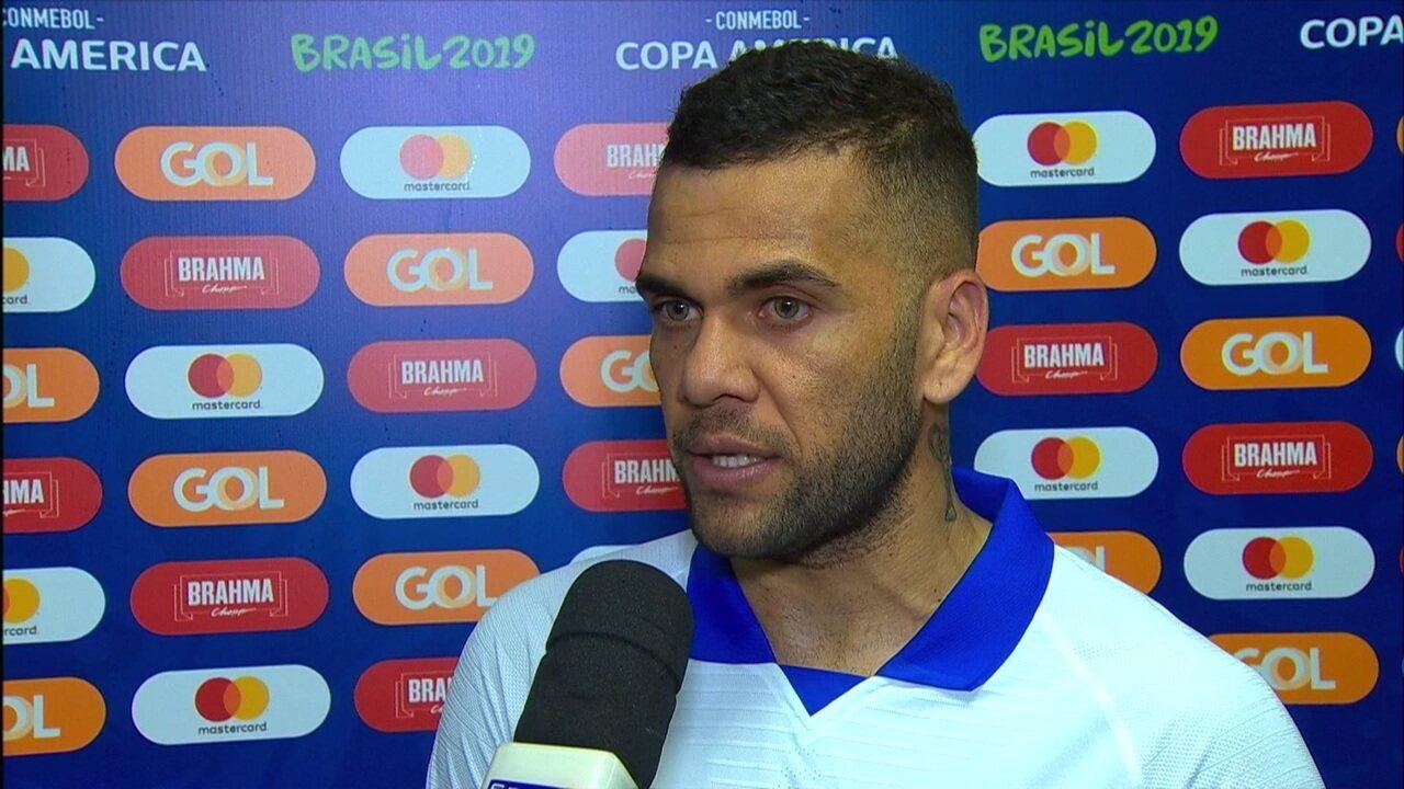 Daniel Alves fala sobre postura da torcida na estreia do Brasil diante da Bolívia