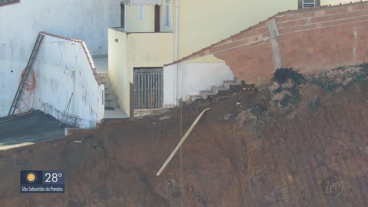 Casa é interditada após talude desabar no bairro Santana, em Poços de Caldas
