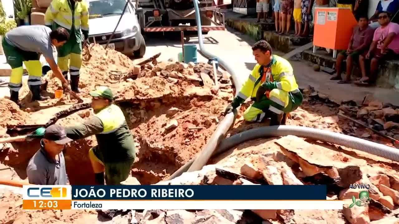 Rompimento de tubulação abre cratera em Fortaleza