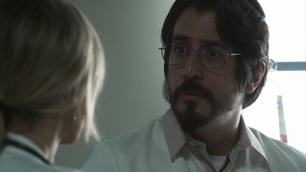 Letícia pede que Faruq realize a cirurgia de Helena