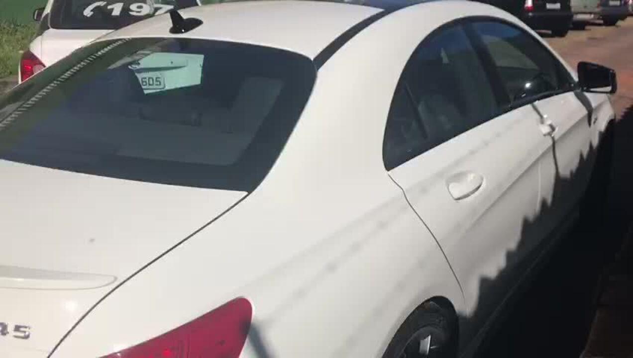 Motorista que arrastou idosa com carro de luxo no DF chegou na delegacia com a Mercedes-Benz avaliada em R$ 220 mil