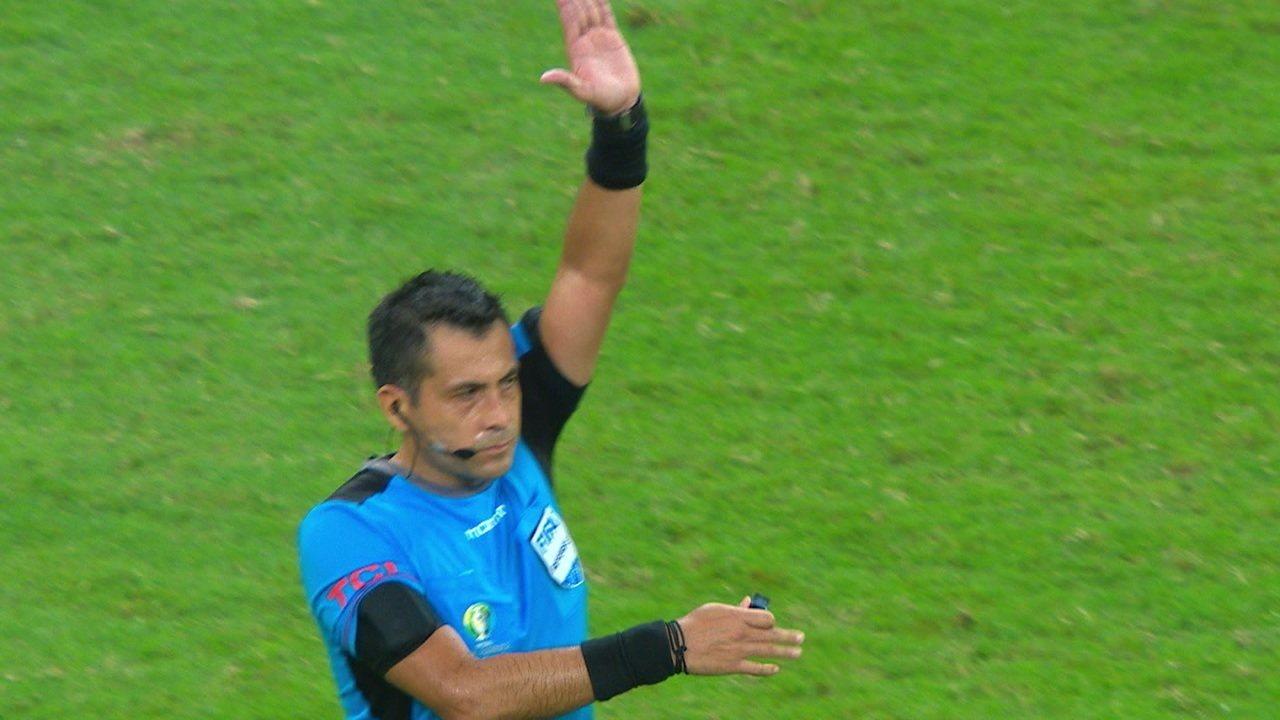 Anulou de novo! Philippe Coutinho, mas bola bate em Roberto Firmino antes de entrar e lance é invalidado aos 43 do 2º tempo